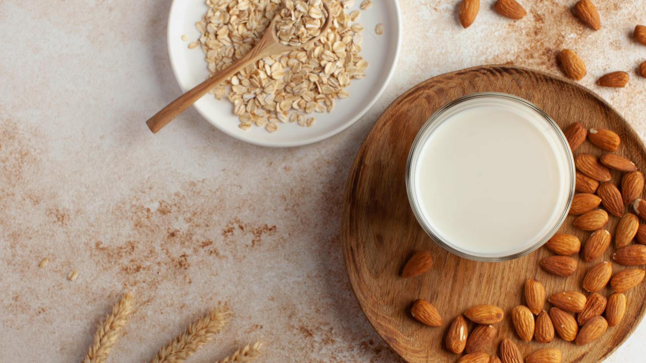 Almond Milk vs Oat Milk